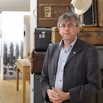 """Thomas Greif vom Diakoniemuseum Rummelsberg eröffnet die Ausstellung """"Ferne Nächste""""."""